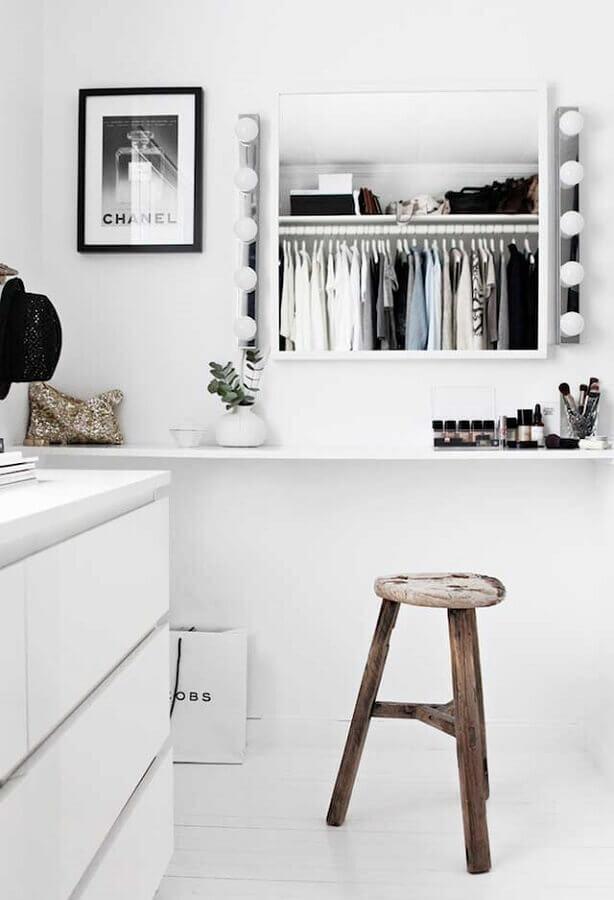 banqueta rústica para decoração de closet com penteadeira todo branco Foto We Heart It