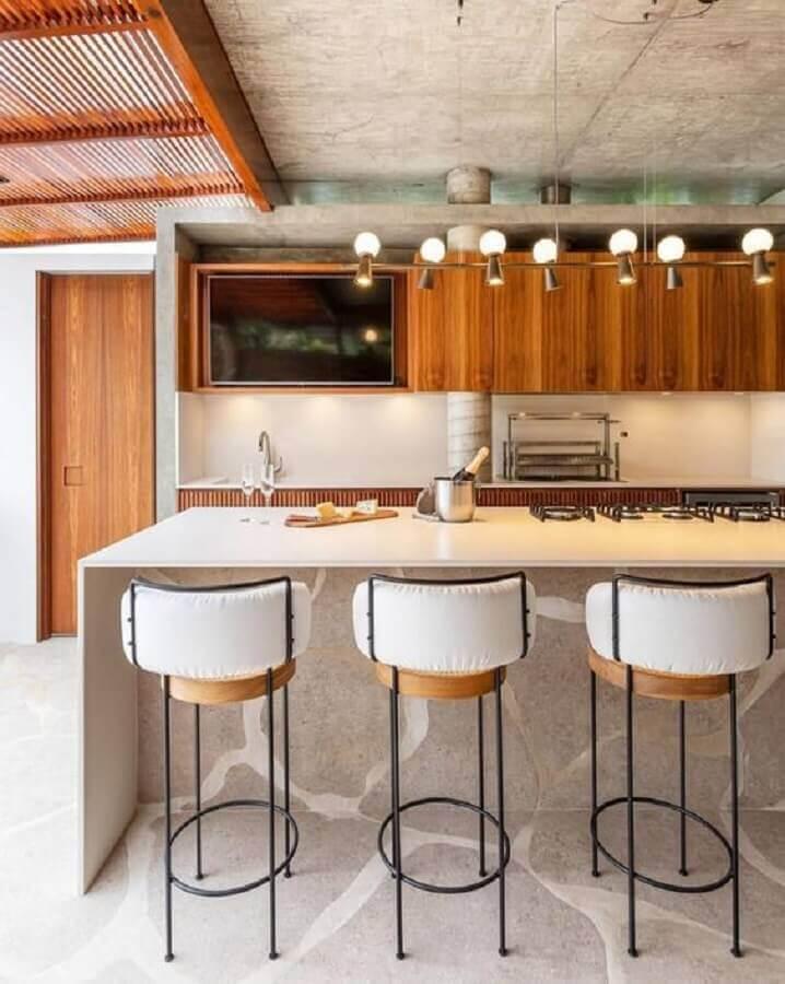 banquetas modernas para área gourmet com churrasqueira decorada com armários de madeira Foto Fashion Bubbles