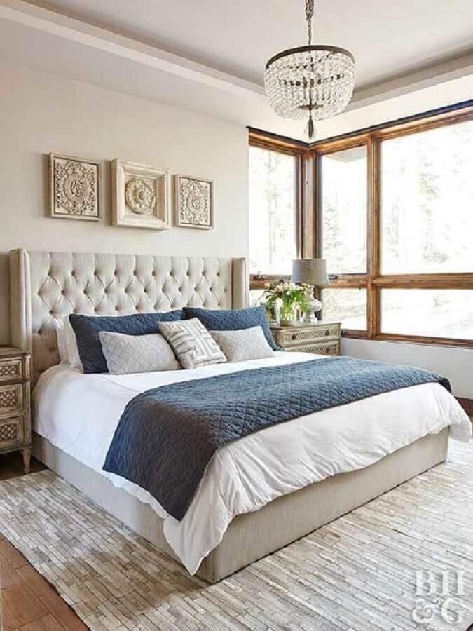 cabeceira capitonê para decoração de quarto de casal bege e azul Foto Better Homes and Gardens
