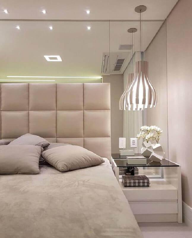 cabeceira estofada para quarto bege pequeno decorado com parede espelhada Foto Histórias de Casa