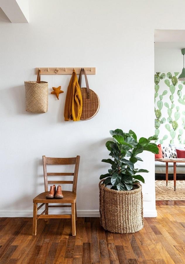 porte-manteau mural en bois pour couloir blanc décoré avec vase de sol Foto Histórias de Casa