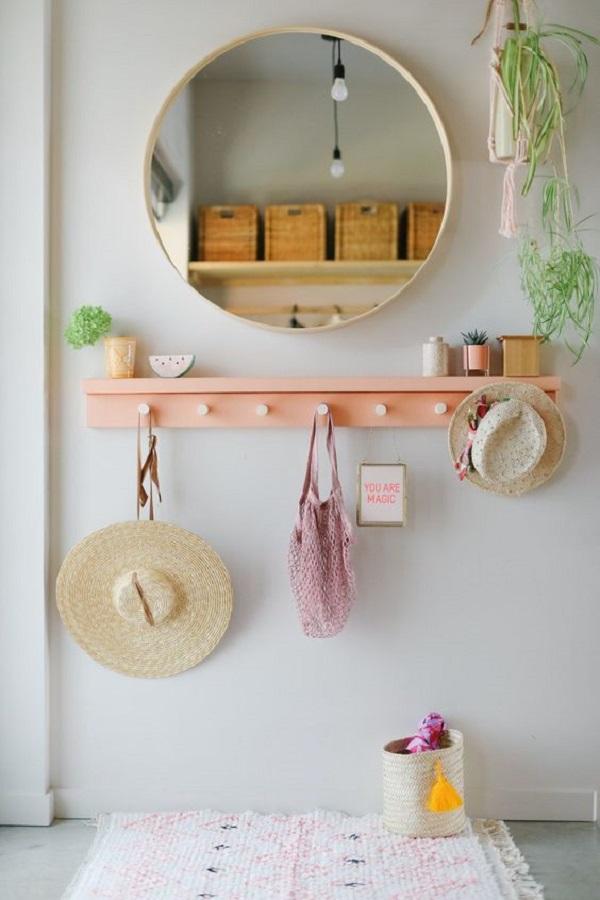 cabideiro de parede para corredor decorado com espelho redondo Foto Jeito de Casa