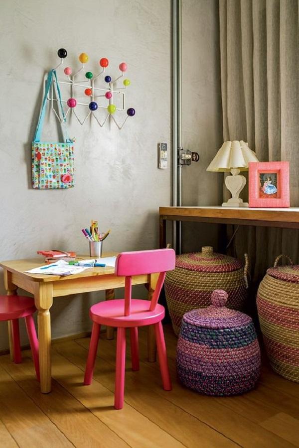 cabideiro de parede para quarto infantil decorado com parede de cimento queimado Foto Jeito de Casa