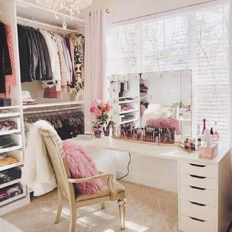 cadeira antiga para decoração de closet com penteadeira camarim Foto Pinterest