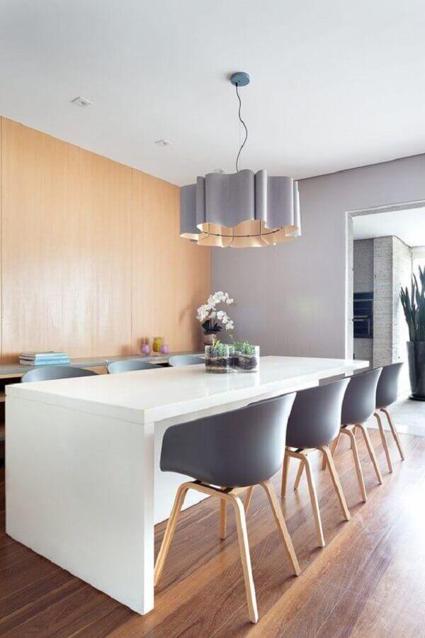 cadeira cinza para sala de jantar decorada com mesa branca e lustre moderno Foto Casa de Valentina