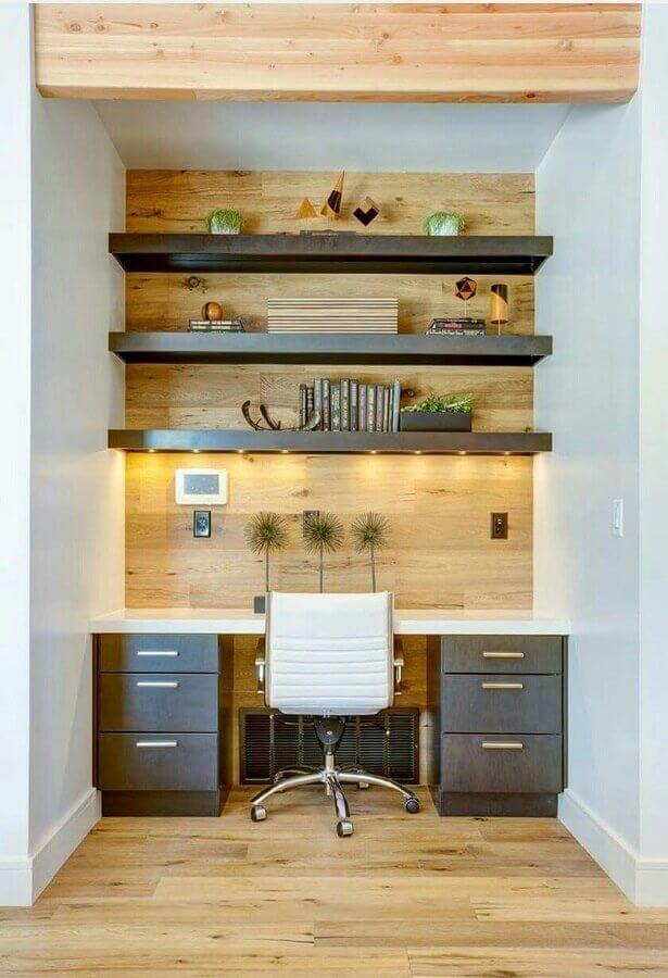 cadeira de escritório branca para decoração de home office com prateleiras em parede amadeirada Foto Art My Design