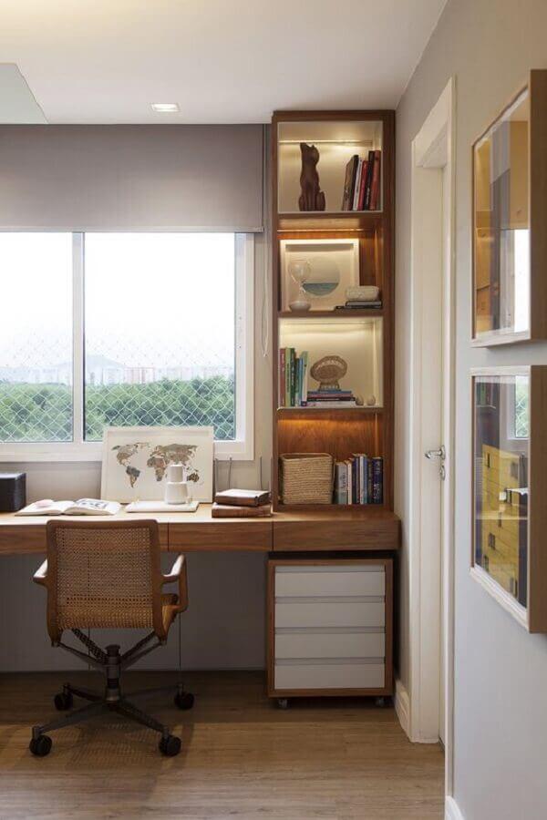 cadeira de estudo com braço para bancada de madeira planejada com nichos Foto Casa de Valentina