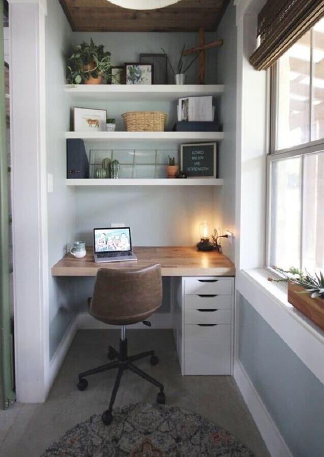 cadeira de estudo simples para escrivaninha pequena planejada com gaveteiro na lateral Foto Jeito de Casa