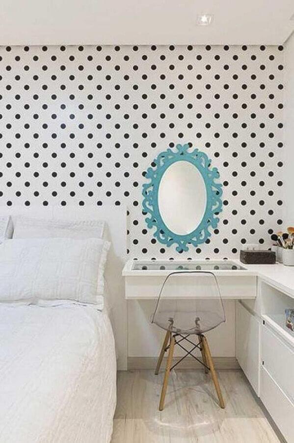 cadeira decorativa para quarto feminino decorado com papel de parede de bolinhas Foto Pinterest