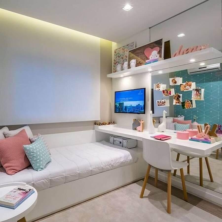 cadeira decorativa para quarto feminino decorado com parede espelhada e bancada suspensa Foto Arkpad