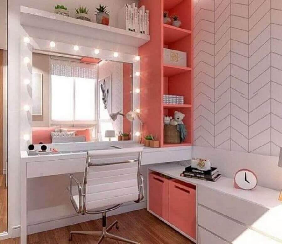 cadeira giratória para quarto feminino moderno decorado com papel de parede delicado e nichos na cor coral Foto MS em Movimento