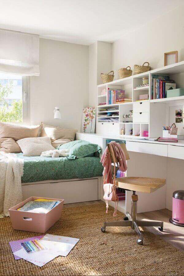 cadeira giratória para quarto feminino simples decorado com nichos brancos Foto Editions de l'Arkhan