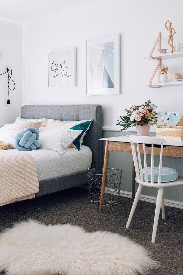 cadeira para escrivaninha de quarto feminino decorado com cama cinza e tapete felpudo Foto Pinterest
