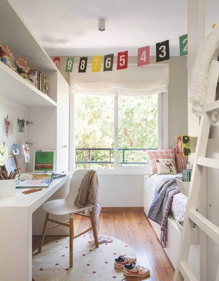 cadeira para escrivaninha de quarto feminino decorado com varal de bandeirinhas de números Foto PUFIK Interiors & Inspirations