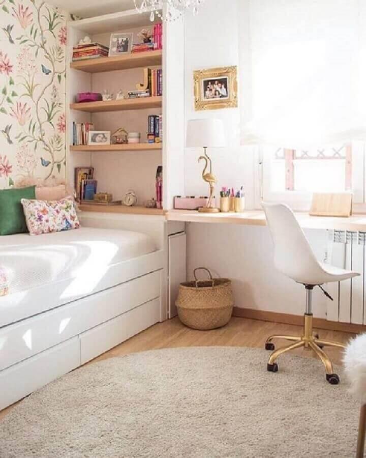 cadeira para escrivaninha de quarto feminino planejado com bicama e prateleiras de madeira Foto Apartment Therapy