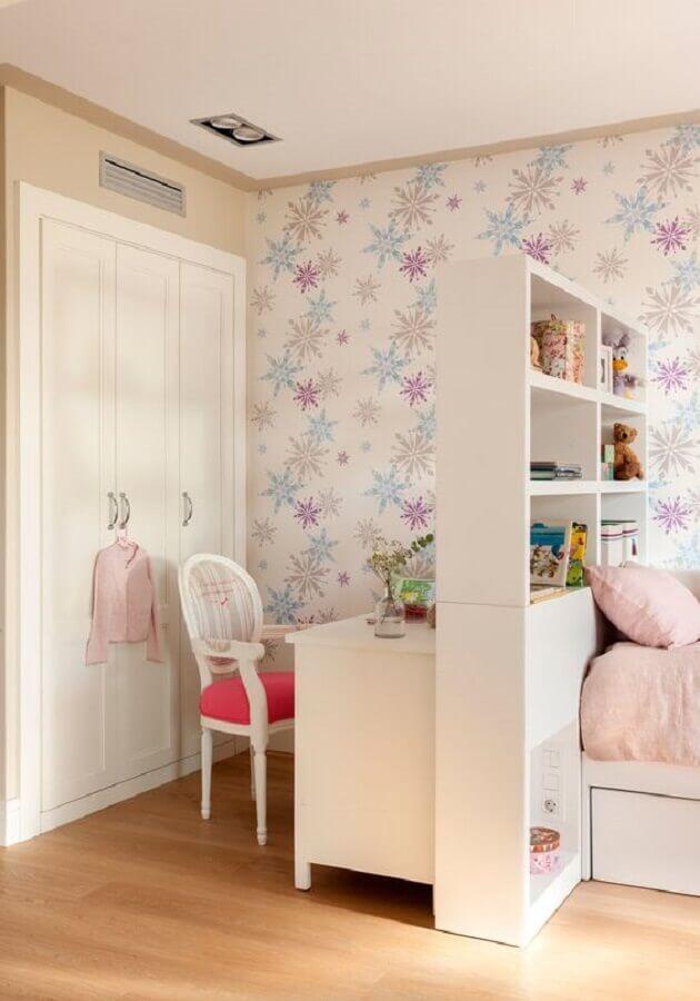cadeira para quarto feminino decorado com papel de parede infantil Foto El Mueble