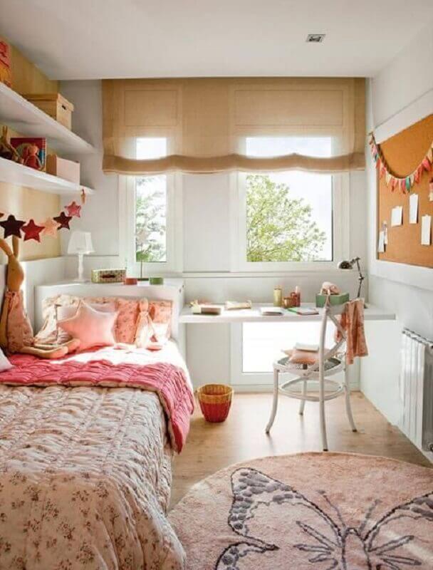 cadeira para quarto feminino decorado com quadro de recados Foto Lushome