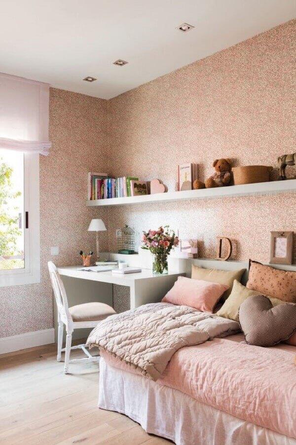 cadeira para quarto feminino rosa decorado com várias almofadas para cama Foto El Mueble