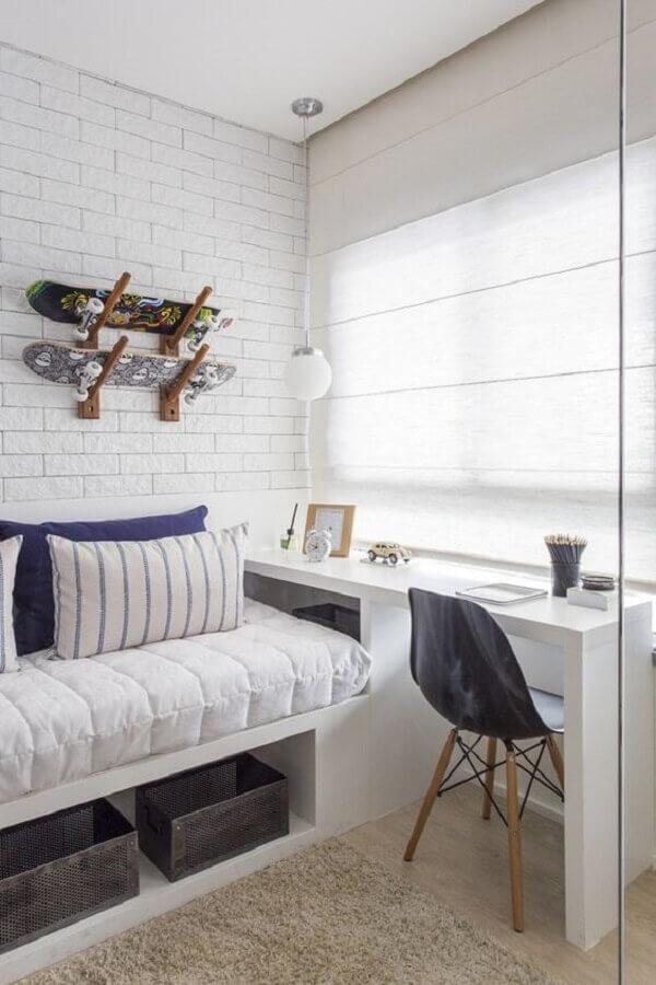 cadeira para quarto feminino todo branco decorado com parede de tijolinho Foto Pinterest