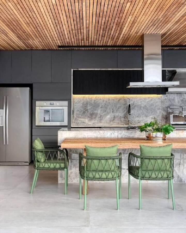 cadeira verde para bancada de madeira em área gourmet moderna grande Foto Decor Salteado