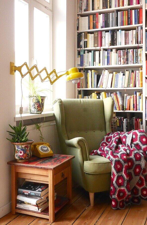 cantinho de leitura decorado com luminária articulada de parede e poltrona verde Foto Pinterest