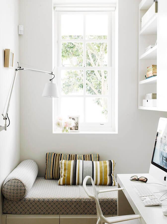 cantinho de leitura todo branco decorado com luminária articulada de parede Foto Archilovers