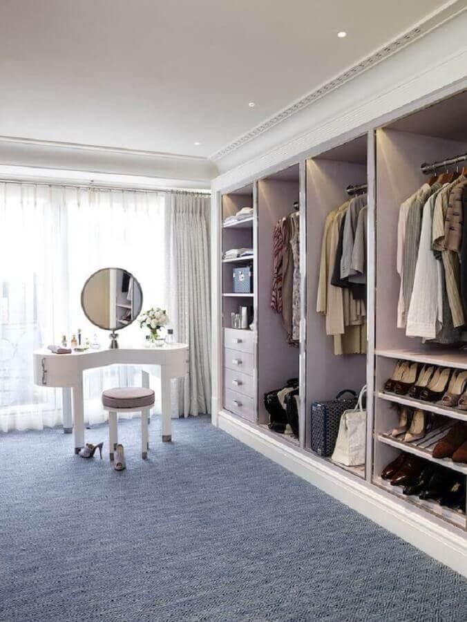 carpete cinza para decoração de closet grande com penteadeira Foto Pinterest