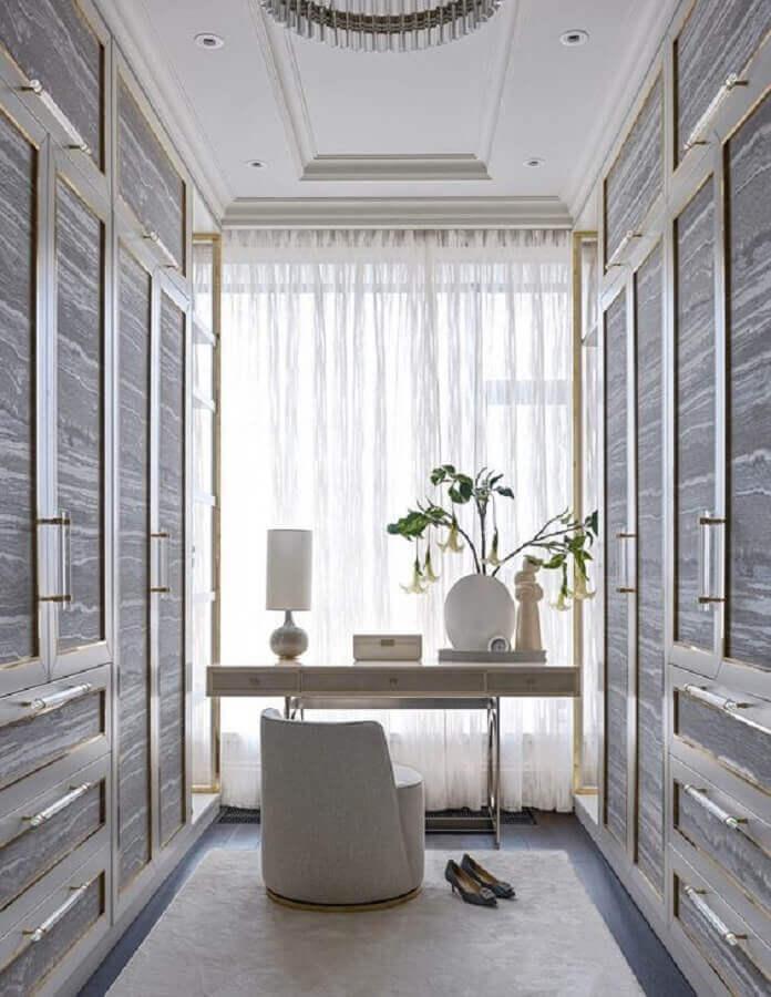 cinza claro para decoração de closet planejado com penteadeira Foto Architonic