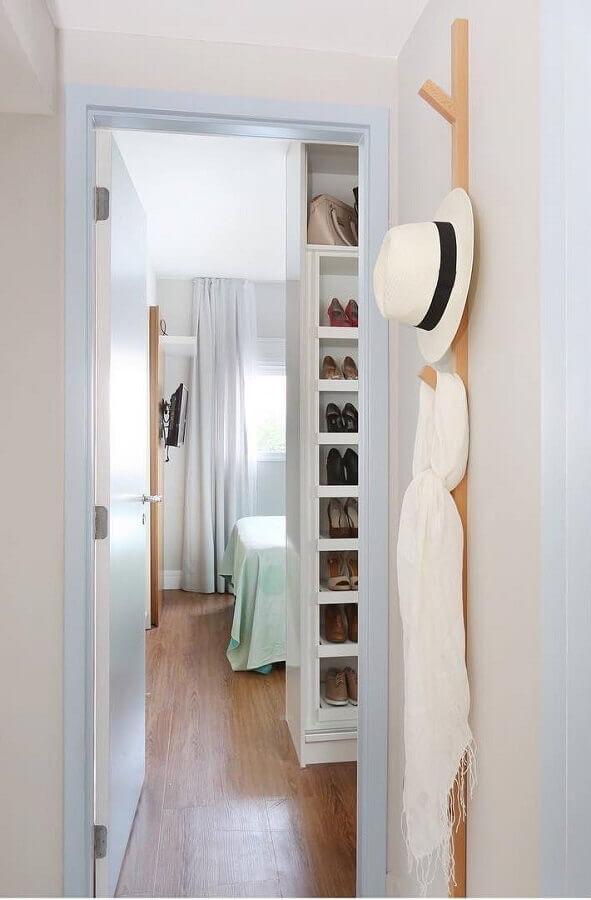 closet decorado com cabideiro de parede de madeira Foto Bianchi & Lima Arquitetura