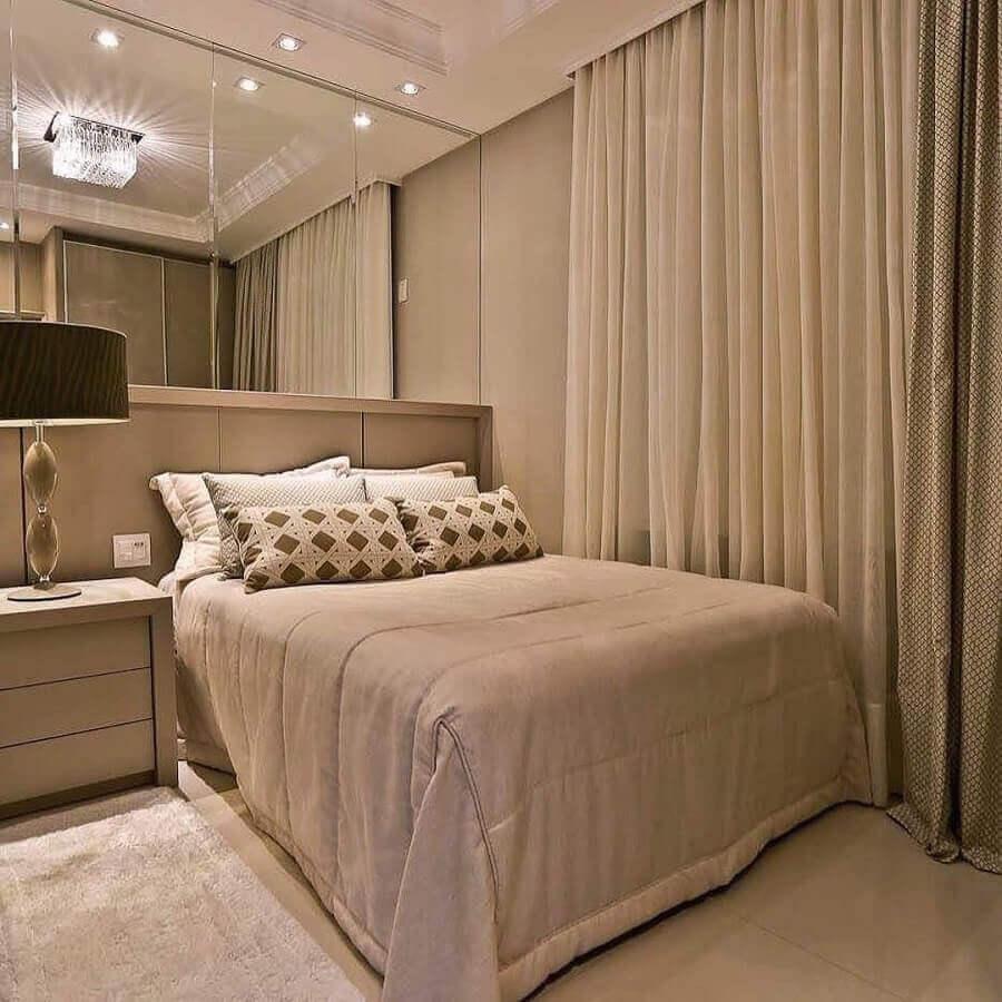 cor bege para quarto moderno decorado com parede espelhada Foto Jeito de Casa