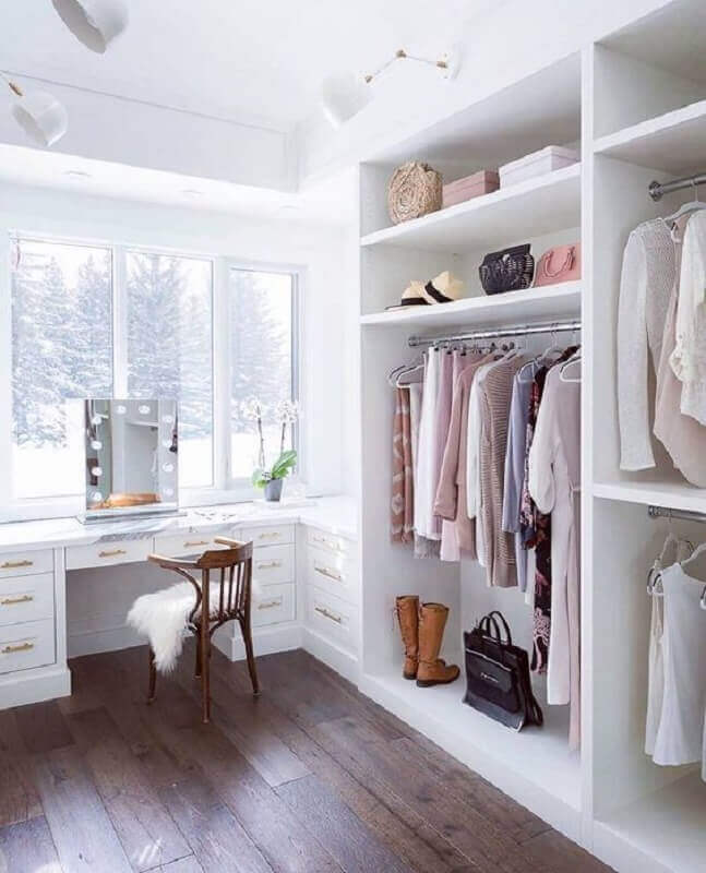 cor branca para decoração de closet grande com penteadeira camarim Foto Arkpad