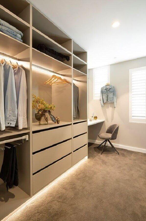 cores neutras para decoração de closet casal com penteadeira Foto Titus Tekform