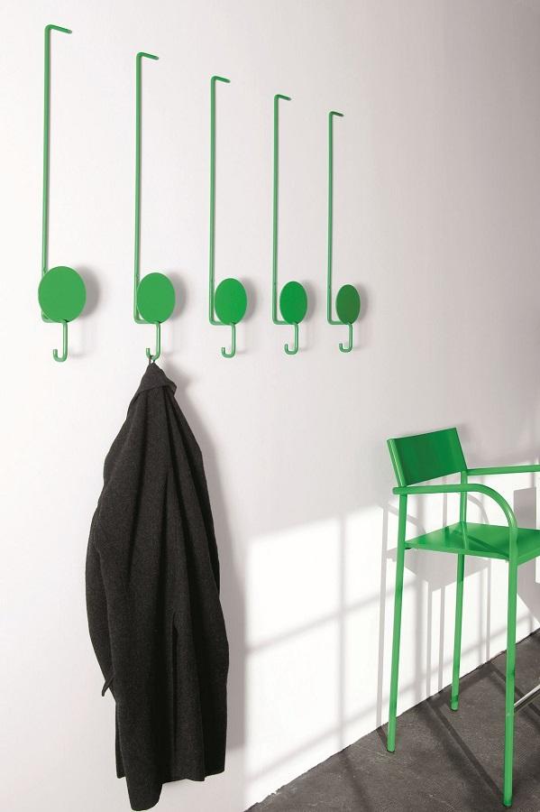 corredor simples decorado com cabideiro de parede verde Foto Get Beautified