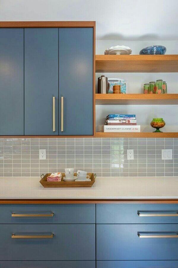 cozinha azul decorada com prateleiras de madeira e revestimento cinza claro Foto Pinterest