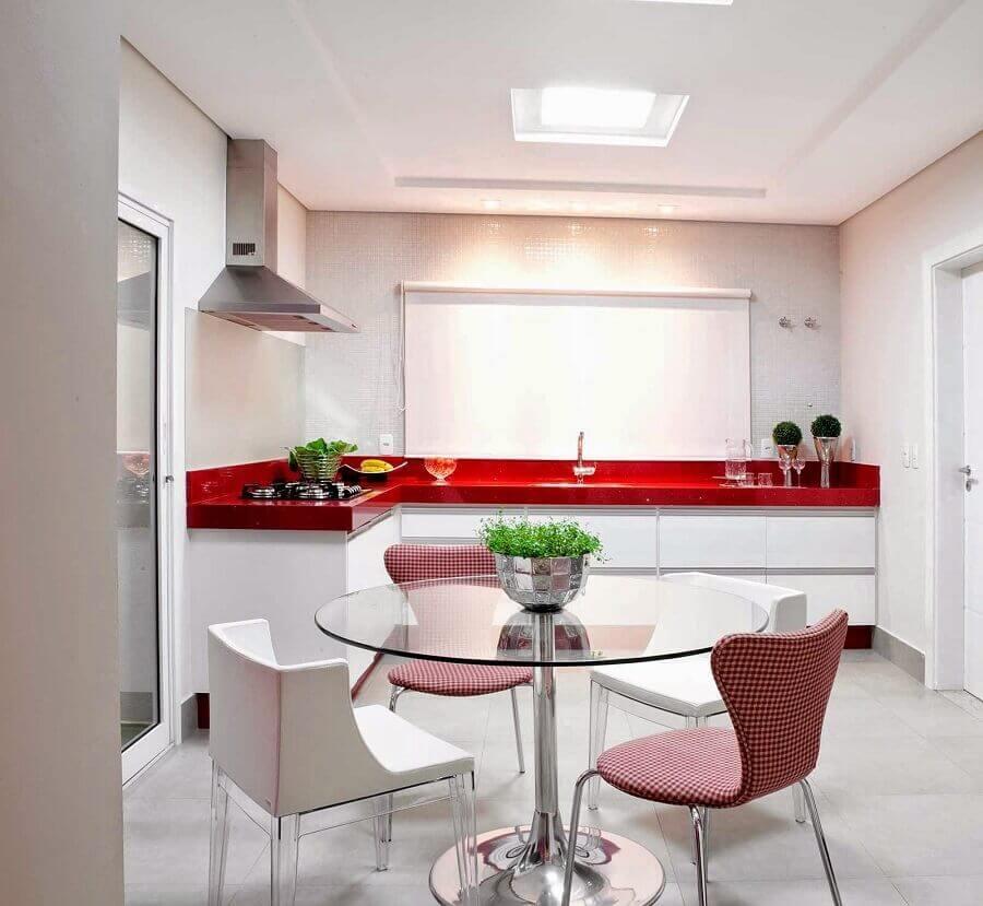 cozinha branca planejada com balcão de canto vermelho Foto Pinterest
