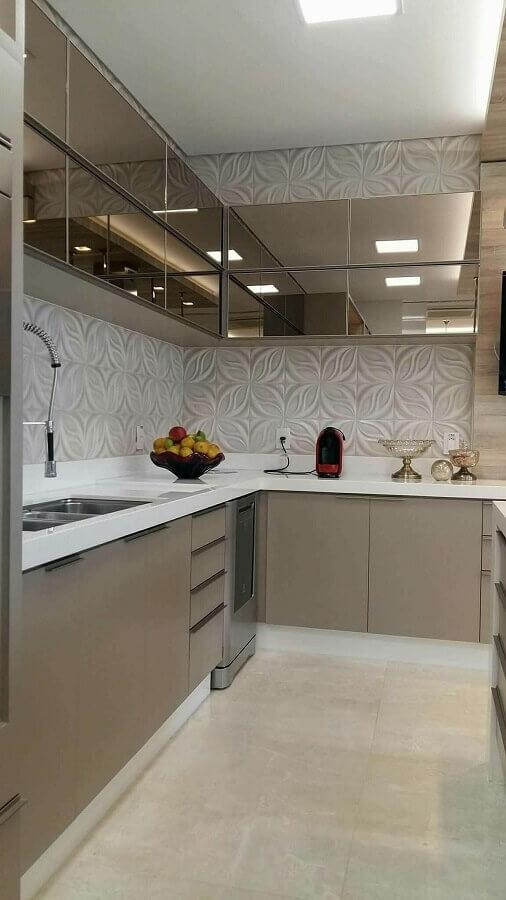 cozinha com balcão de canto decorada com armário aéreo espelhado Foto Jeito de Casa