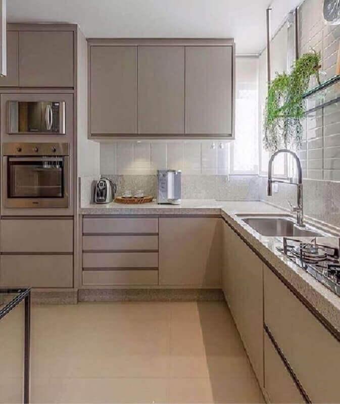 cozinha com balcão de canto decorada com armário planejado na cor cinza claro  Foto Pinterest