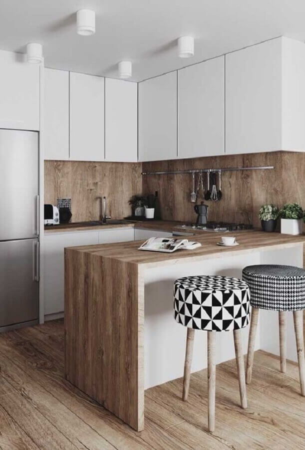 cozinha com balcão de madeira decorada com banquetas estofadas Foto Pinterest