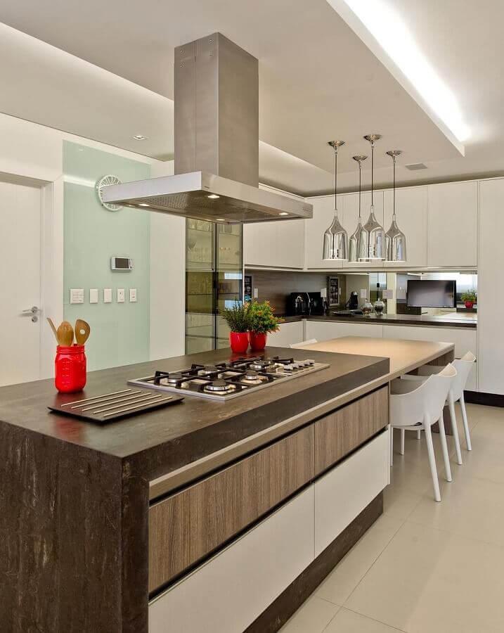 cozinha com balcão para cooktop integrado a mesa com madeira Foto Espaço do Traço