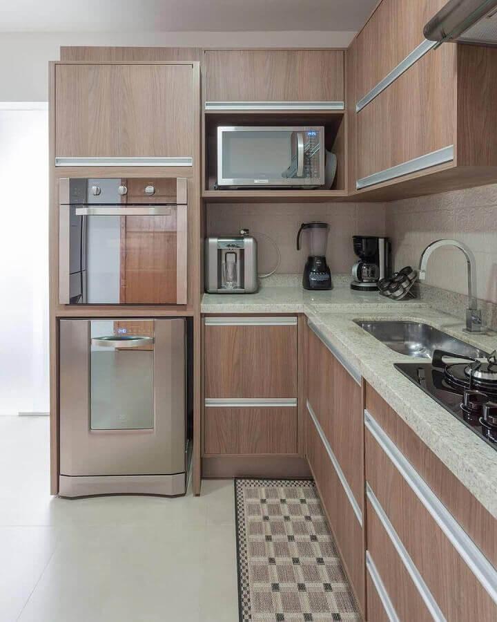 cozinha de madeira decorada com balcão de canto de granito Foto Studio 42
