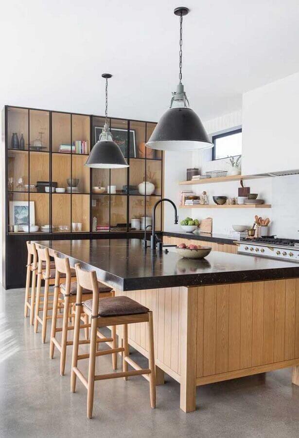 Cozinha decorada com bancada preta
