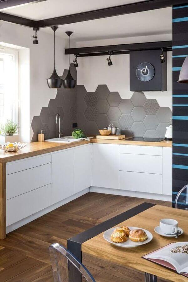 cozinha moderna decorada com bancada de madeira e revestimento hexagonal cinza Foto Pinterest