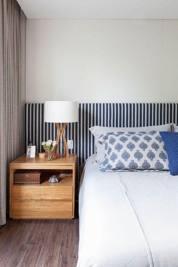 criado mudo de madeira com gavetas para decoração de quarto com cabeceira estofada listrada  Foto Apartment Therapy