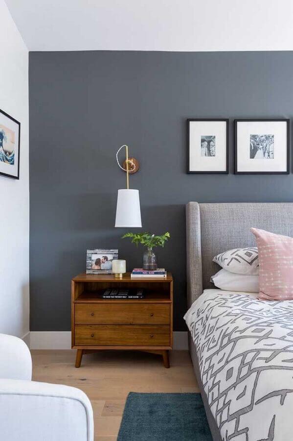 criado mudo de madeira com gavetas para decoração de quarto de casal cinza Foto Casa de Valentina