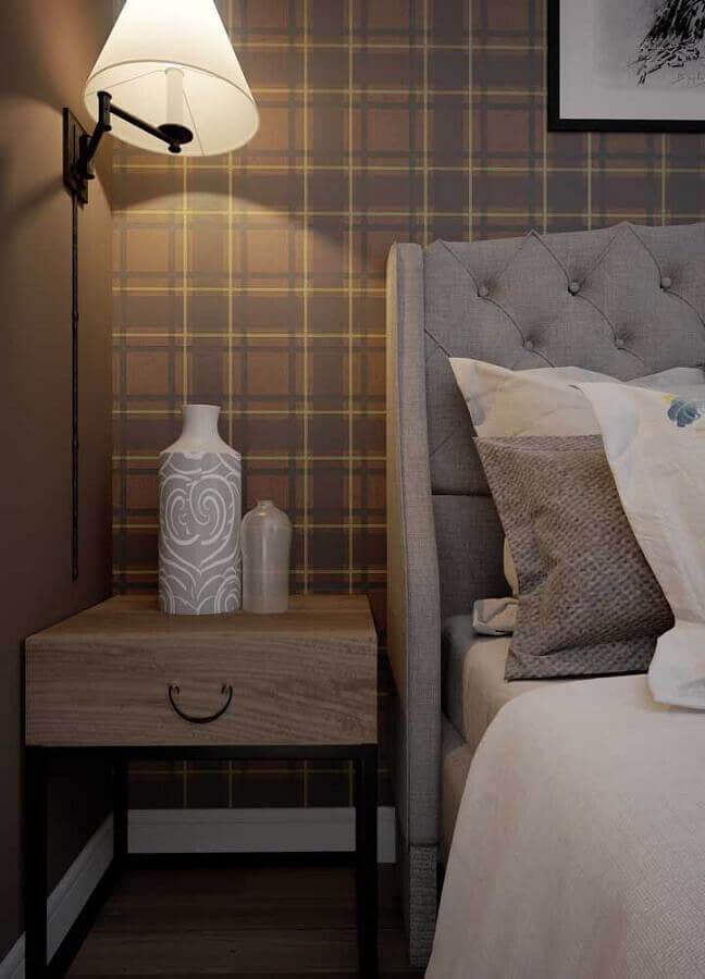 criado mudo de madeira para decoração de quarto com papel de parede xadrez Foto Pinterest