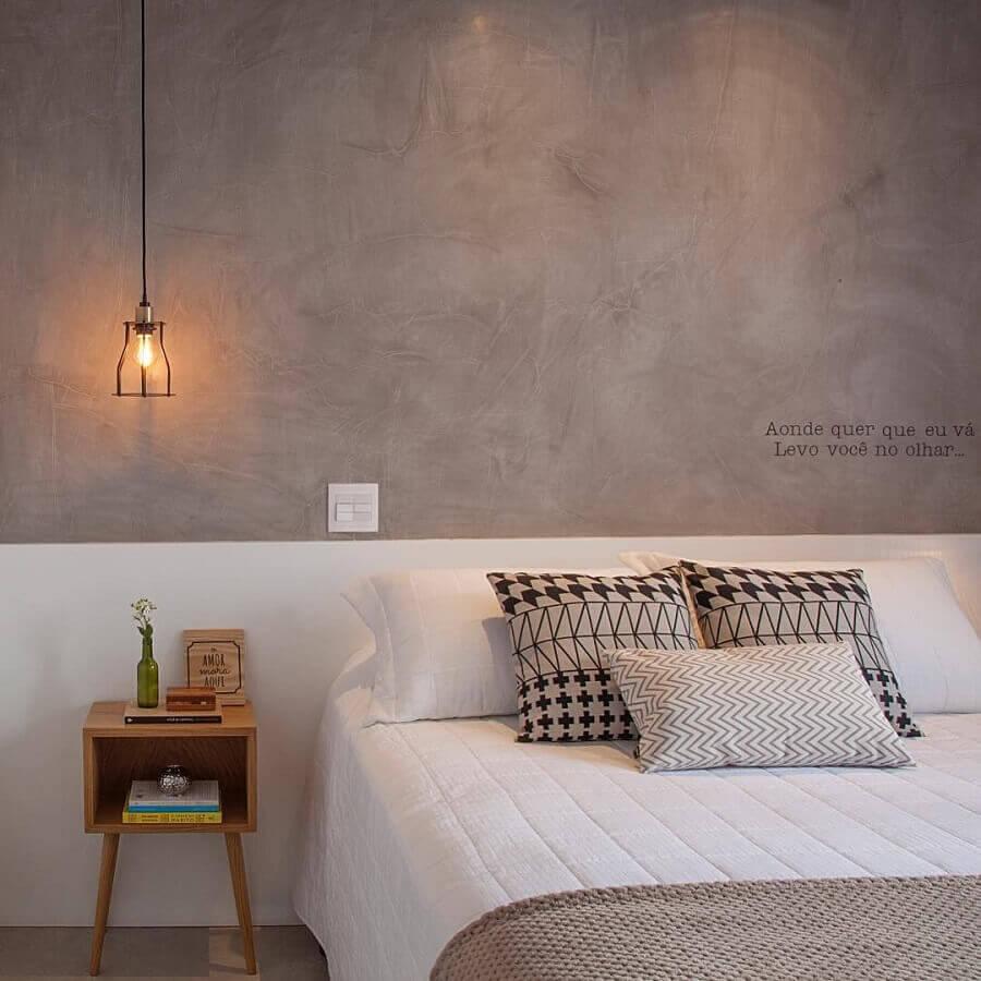 criado mudo de madeira para decoração de quarto de casal com parede de cimento queimado Foto Bruno Moraes Arquitetura e Interiores