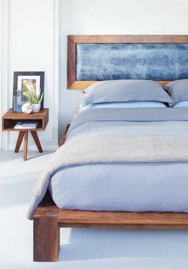 criado mudo de madeira pequeno para decoração de quarto com cama japonesa Foto Dcore Você