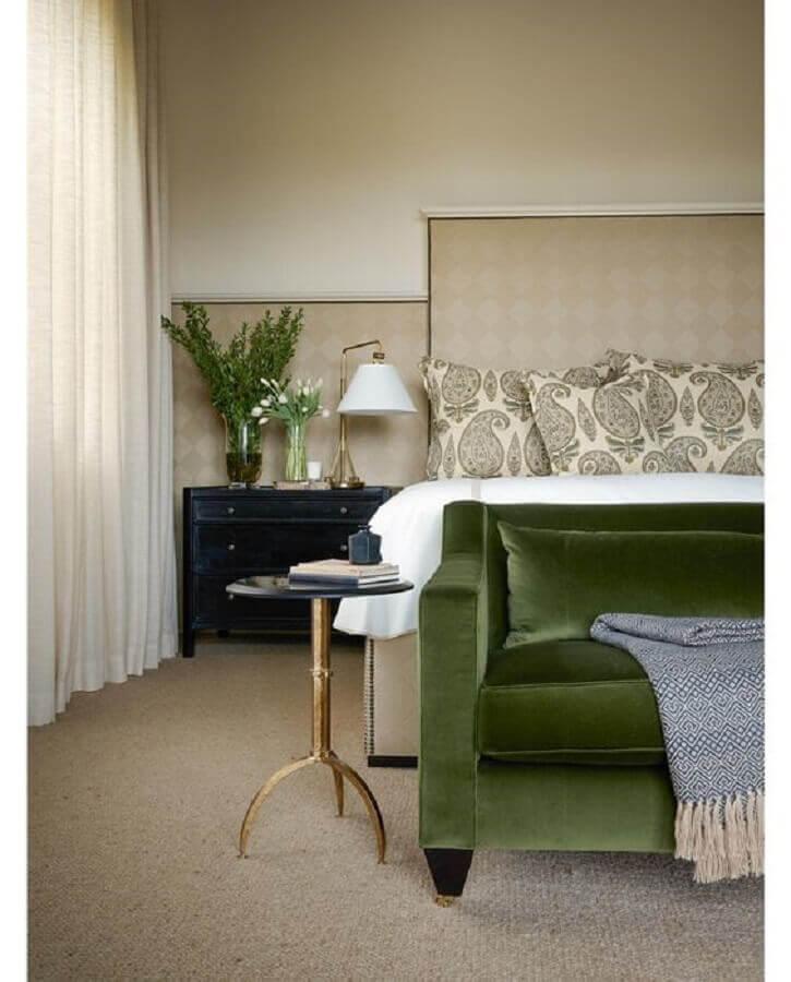 criado mudo preto para decoração de quarto bege e verde Foto Chairish