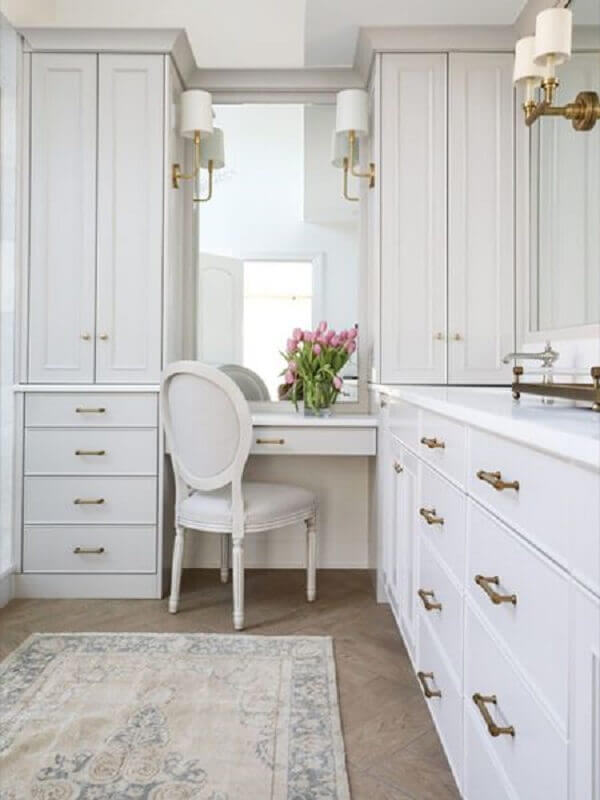 decoração clássica para closet feminino com penteadeira todo branco Foto Circa Lighting
