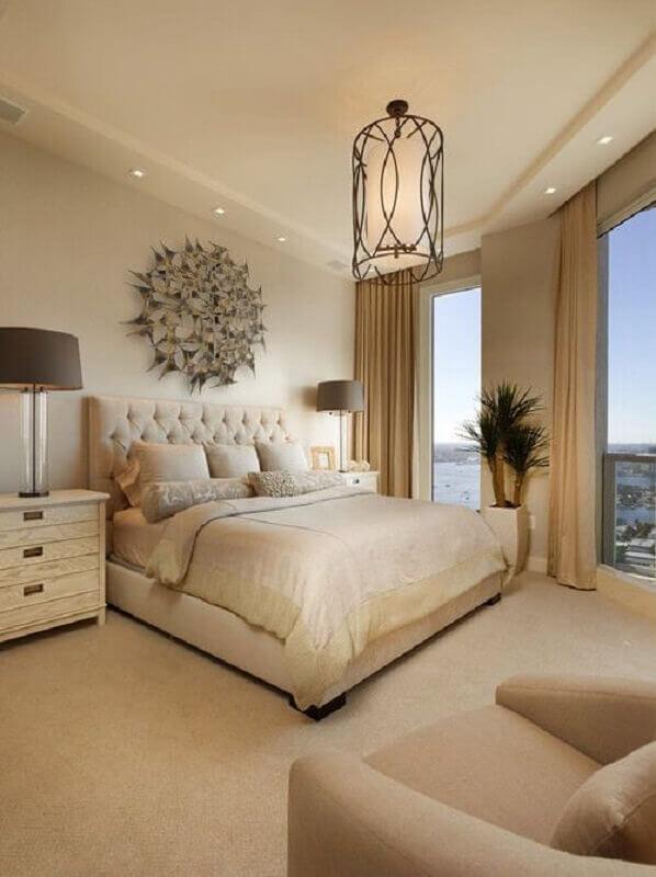 decoração clássica para quarto de casal bege com cabeceira capitonê Foto Arkpad